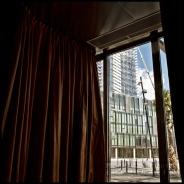 La gruesa cortina de la entrada