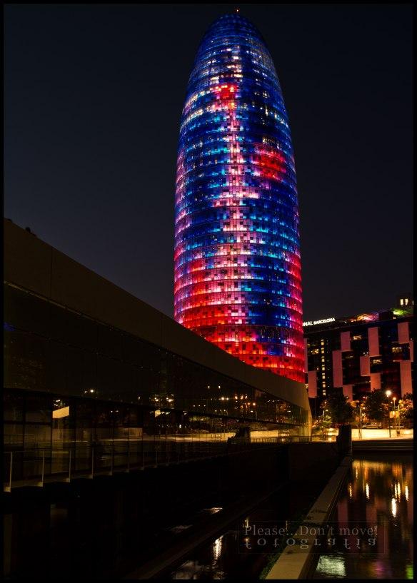 Torre Agbar iluminada por los participantes en el Máster de Iluminación.