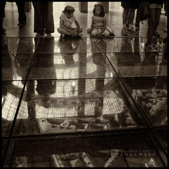 Dos niñas observan la maqueta de París expuesta en el museo d'Orsay.