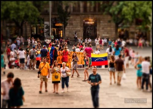 En la Plaza de la Catedral en Barcelona, unidos en contra del gobierno ilegítimo del Sr. Maduro.