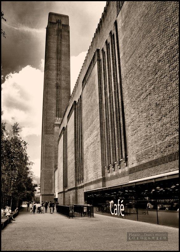 El  edificio de Bankside Power Station, reconvertido hoy en día en el museo Tate Modern por los arquitectos Herzog and De Meuron.
