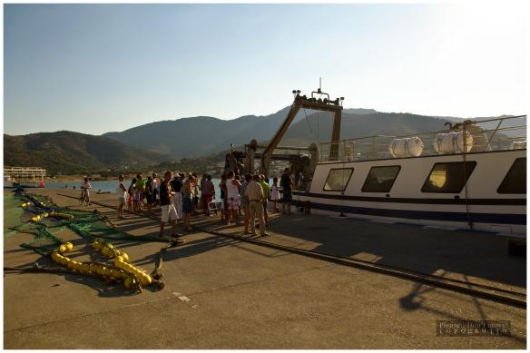 Al llegar el barco al puerto, se acerca una multitud de curiosos que observan pacientemente el proceso de limpieza y descarga de la mercancía.