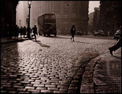 "Fotografía hecha en la exposición a la obra ""Via Laietana 1950"" de F. Català-Roca."